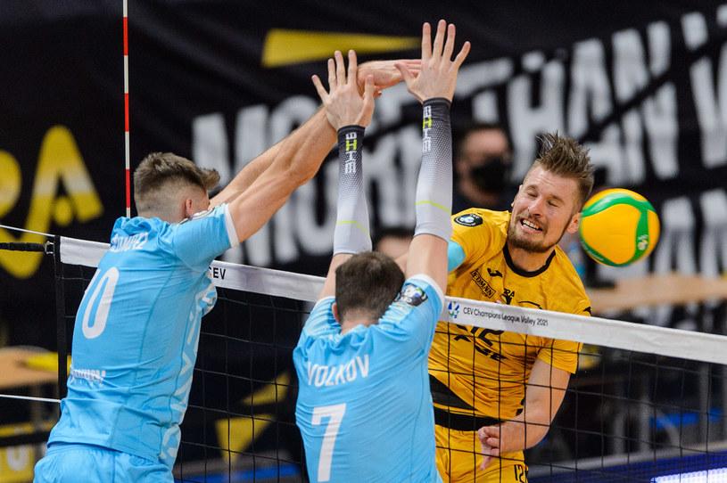 Duszan Petković (atakuje) zamienił PGE Skrę na Vervę Warszawa /Mariusz Palczynski / MPAimages.com / NEWSPIX.PL /Newspix