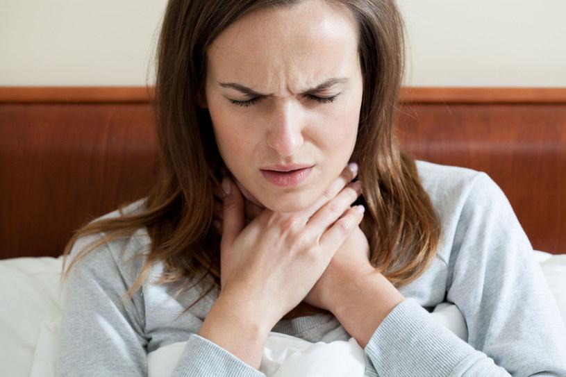 Duszności mogą być spowodowane zapaleniem oskrzeli /123RF/PICSEL