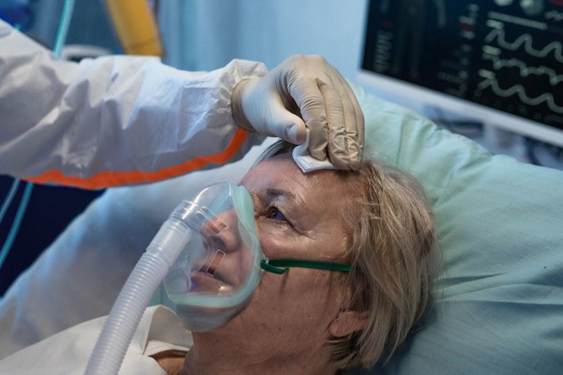 Duszności powodują ataki paniki, które mogą nasilać kolejne przykre objawy /123RF/PICSEL