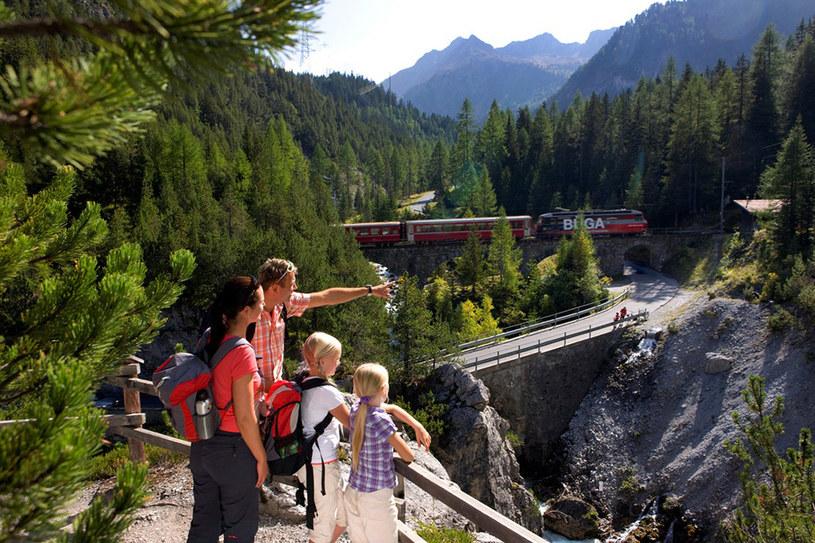 Dużą atrakcją, szczególnie dla rodzin z dziećmi, są ścieżki dydaktyczne. Podczas wędrówki turyści mają okazję poznać historię kantonu lub dowiedzieć się więcej o faunie i florze. /Styl.pl/materiały prasowe