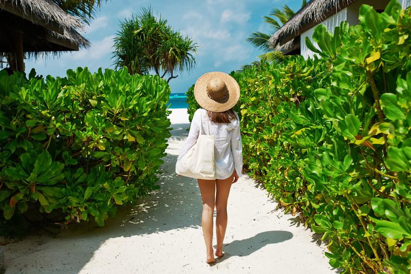 Duża torba, absolutny must have na plażę. Zmieścisz w niej wszystko! /123RF/PICSEL