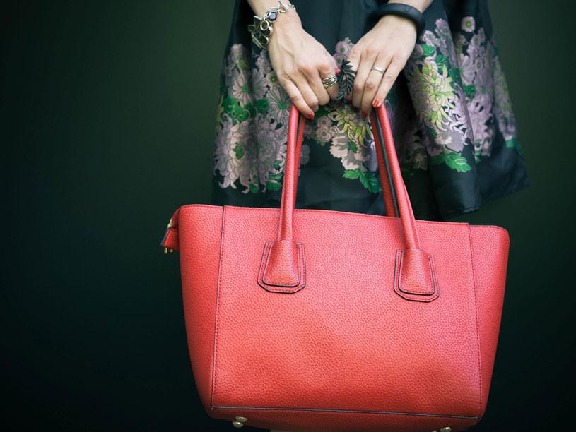 Duża torba przyciąga wzrok, dlatego nie jest wskazana na oficjalnych spotkaniach /Picsel /123RF/PICSEL