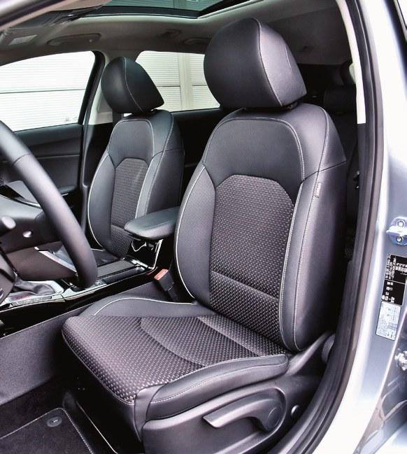 Duże i wygodne fotele z bardzo miękkimi oraz regulowanymi dwuosiowo zagłówkami. /Motor
