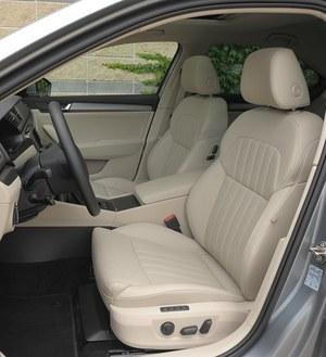 Duże i wygodne fotele zapewniają niezłe podparcie boczne. W wersji Style są one elektrycznie sterowane. /Motor