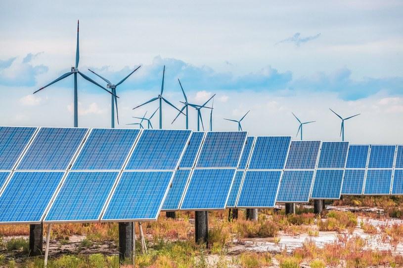 Duże inwestycje w farmy wiatrowe i słoneczne wpłyną na obniżenie cen prądu na rynku /123RF/PICSEL