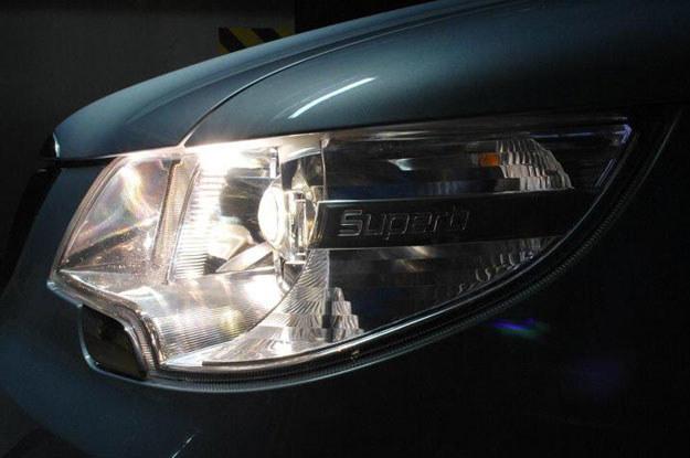 Duże reflektory biksenonowe Helli mają systemem doświetlania zakrętów /INTERIA.PL