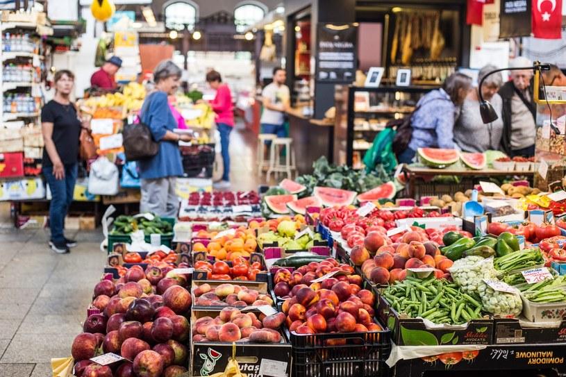 Duże sklepy miałyby obowiązek przekazanie niesprzedanej żywności organizacjom pozarządowym; zdj. ilustracyjne /Krzysztof Kaniewski /Reporter