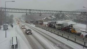 """Duże utrudnienia na Zakopiance z powodu opadów śniegu. """"Sytuacja opanowana"""""""