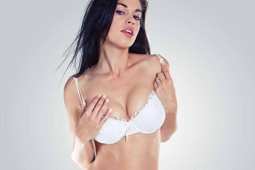 Duży biust obciąża kręgosłup i co za tym idzie jest przyczyną wad postawy /123RF/PICSEL