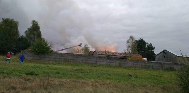 Duży pożar wybuchł w Mysłowicach na Śląsku: pali się prawdopodobnie ciąg garaży przy ul. Kościelniaka /112Tychy.pl /