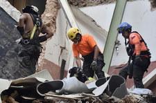"""Dwa ciała i """"oznaki życia"""" pod gruzami w Bejrucie. """"19 oddechów na minutę"""" [TRANSMISJA]"""