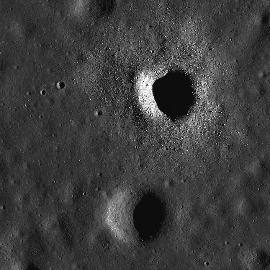 Dwa kratery w rejonie Morza Spokoju, oba mają po około 500 metrów średnicy, ten u góry jest znacznie młodszy, widać wokół znacznie więcej głazów /NASA/GSFC/Arizona State University /Materiały prasowe