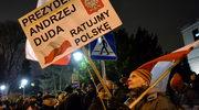 """Dwa protesty przed Sejmem. """"Precz z układem w Trybunale"""",  """"bezPrawie I deSpotyzm"""""""