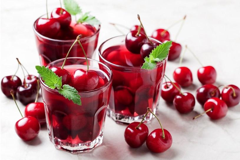 Dwa razy dziennie wypij szklankę soku wiśniowego /123RF/PICSEL