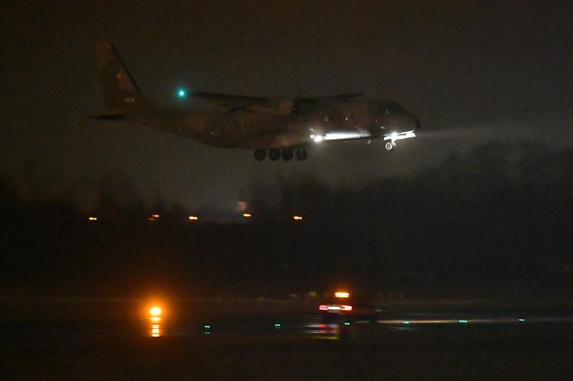 Dwa samoloty wojskowe CASA wylądowały na lotnisku we Wrocławiu /Maciej Kulczyński /PAP