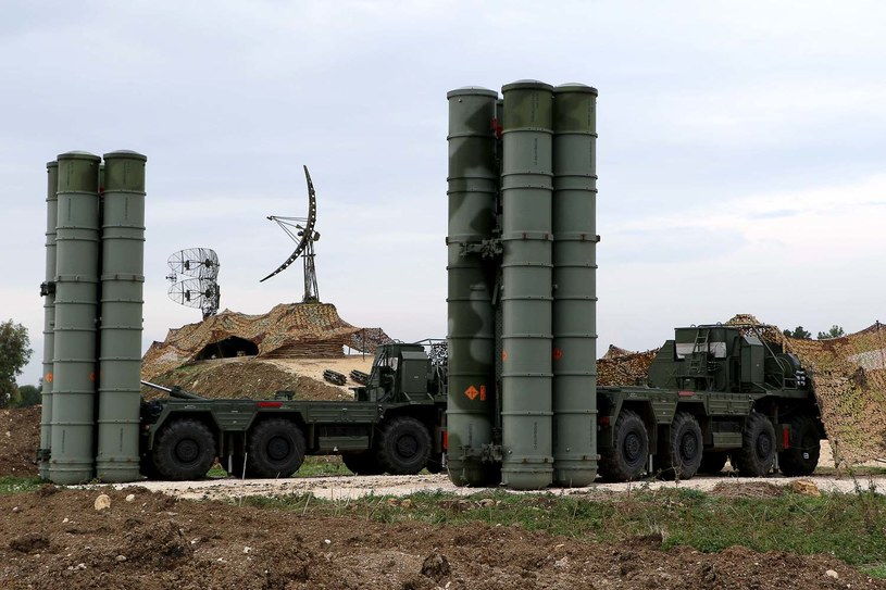 Dwa systemy S-400 Triumf w rosyjskiej bazie wojskowej w Syrii /AFP