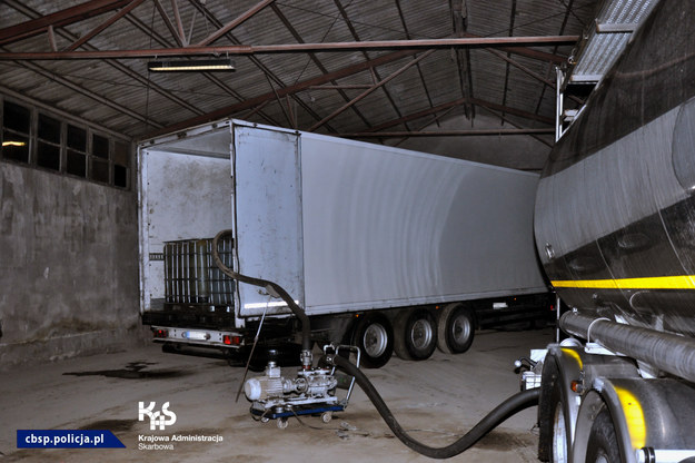 Dwaj kierowcy wpadli podczas przelewania 28 tysiąc-litrowych pojemników oleju smarowego /CBŚP