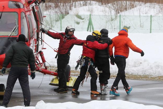 Dwaj poszkodowani podczas lawiny w Tatrach (P i 2P) na lądowisku TOPR przy Szpitalu Powiatowym w Zakopanem / Grzegorz Momot    /PAP
