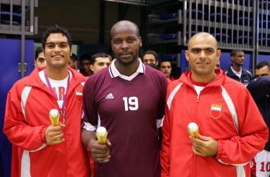 Dwaj zawodnicy ZEA i jeden Kataru odbierają indywidualne nagrody za grę w Igrzyskach Azjatyckich /AFP