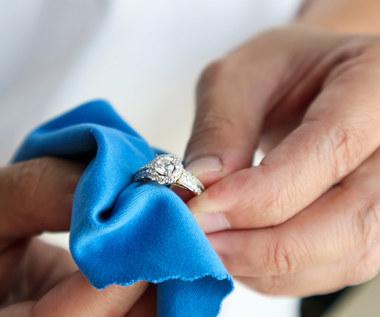 Dwanaście domowych sposobów na wyczyszczenie biżuterii