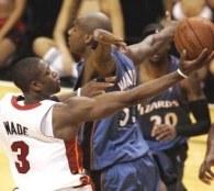 """Dwane Wade w """"kotle"""" rywali. Heat-Wizards 108:102 /AFP"""