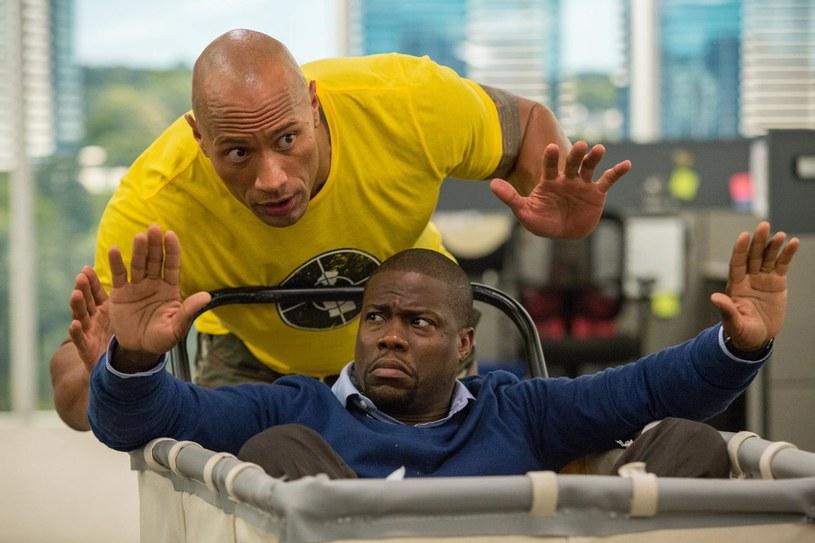 """Dwayne Johnson i Kevin Hart w scenie z komedii """"Agent i pół"""" /materiały prasowe"""