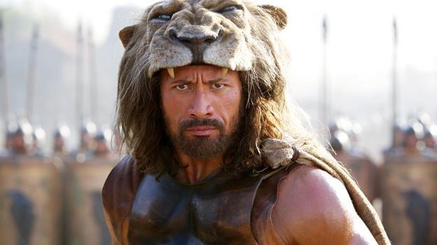 """Dwayne Johnson w scenie z filmu """"Hercules"""" /materiały dystrybutora"""