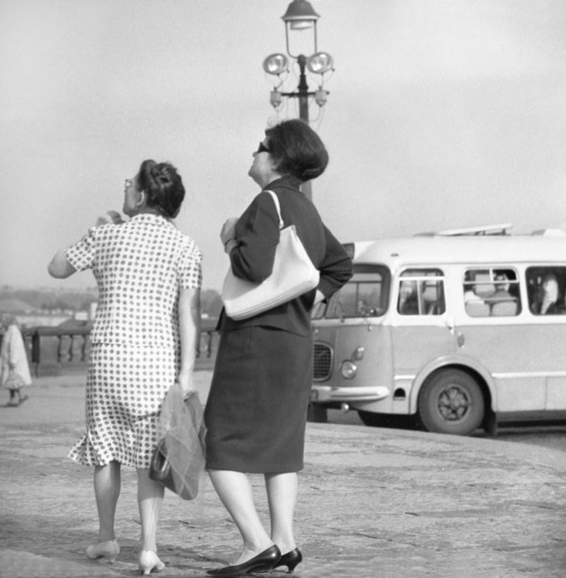 Dwie kobiety na placu Zamkowym. Warszawa, lata 60' /Wojtek Laski /East News