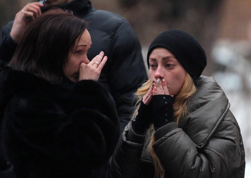 Dwie kobiety płaczą w pobliżu budynku organizacji Sprawiedliwa Pomoc. Szefowa organizacji zginęła w katastrofie Tu-154 /PAP/EPA