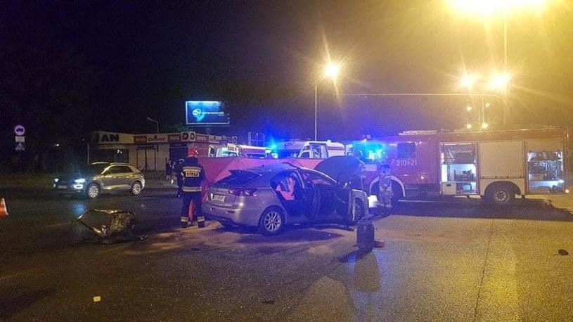 Dwie osoby zginęły po zderzeniu motocykla z autem osobowym (źródło: PSP w Łodzi) /