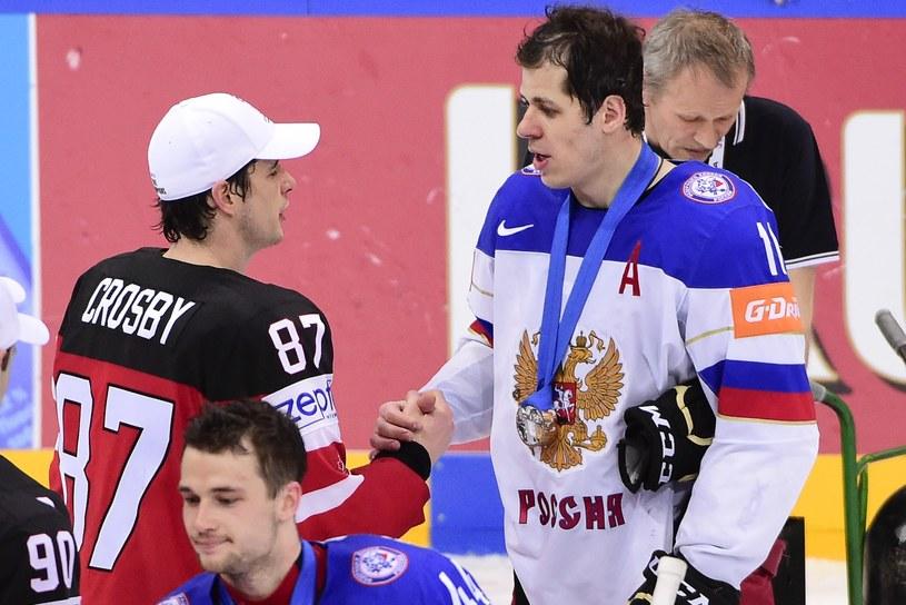 Dwie supergwiazdy Pittsburgh Penguins: Jewgienij Małkin ze srebrnym medalem gratuluje Sidney'owi Crosby'emu. /AFP