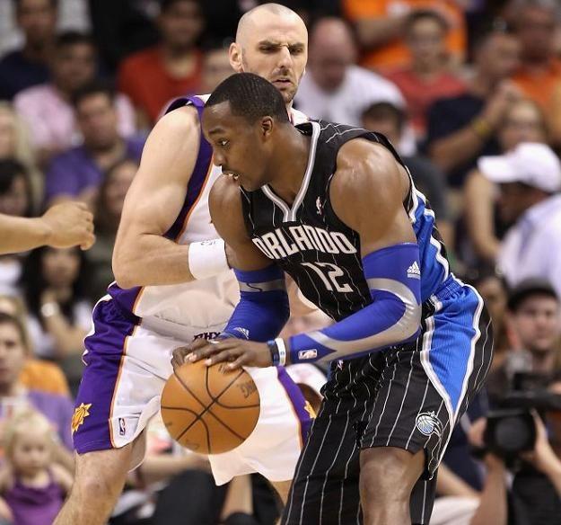 Dwight Howard (Orlando Magic) i Marcin Gortat (Phoenix Suns) /AFP