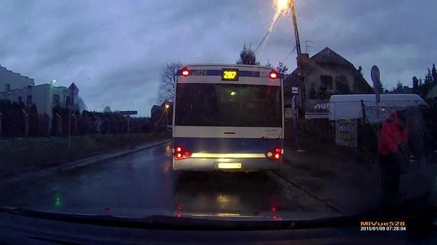 Dwóch kierowców, dwa różne zachowania. Pierwszy spokojnie czeka aż autobus ruszy z przystanku. Drugi... no cóż, sami widzicie. Niewiele brakowało, prawda?