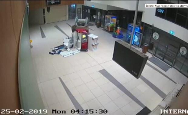 Dwóch mężczyzn ukradło bankomat przy pomocy... ładowarki [FILM]