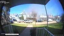 Dwóch mężczyzn uratowało kobietę z płonącego domu. Akcję ratunkową nagrała kamera