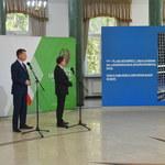 Dwóch ministrów patrzy na stosunek z krową