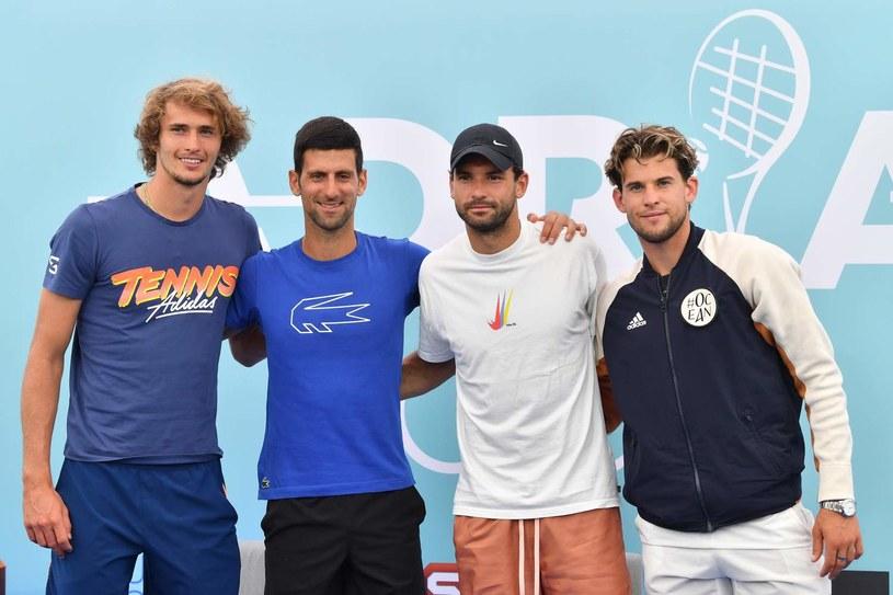Dwóch tenisistów z tego zdjęcia jest zakażonych, a jeden się bawi. Od lewej: Alexander Zverev, Novak Djoković, Grigor Dymitrow, Dominic Thiem /AFP