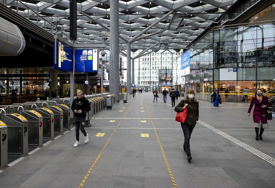 Dworzec kolejowy w Hadze w Holandii /ROBIN VAN LONKHUIJSEN /PAP/EPA