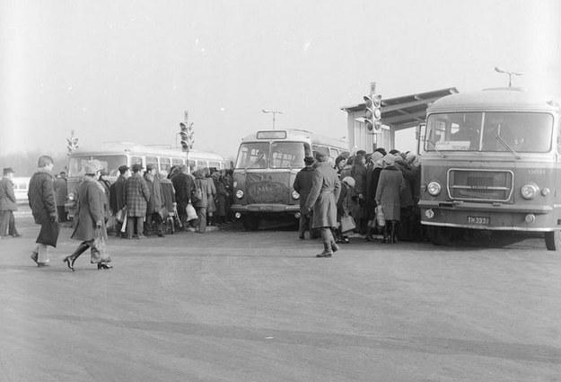 Dworzec PKS w Garwolinie w 1974 roku. Z lewej i prawej autobusy San H100. W środku autobus Jelcz 021 /Z archiwum Narodowego Archiwum Cyfrowego