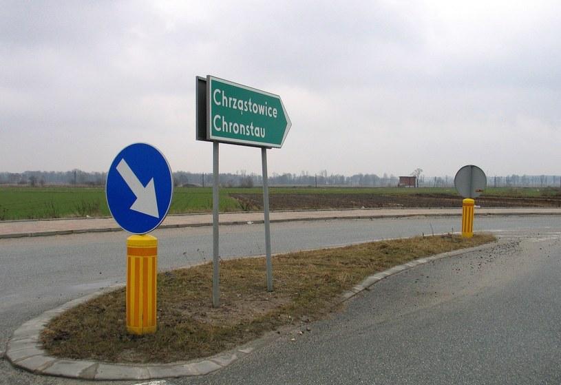 Dwujęzyczna tablica z nazwą miejscowości (zdjęcie ilustracyjne) /Michał Hetmanek /Reporter