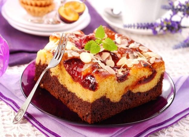 Dwukolorowe ciasto ze śliwkami /123RF/PICSEL