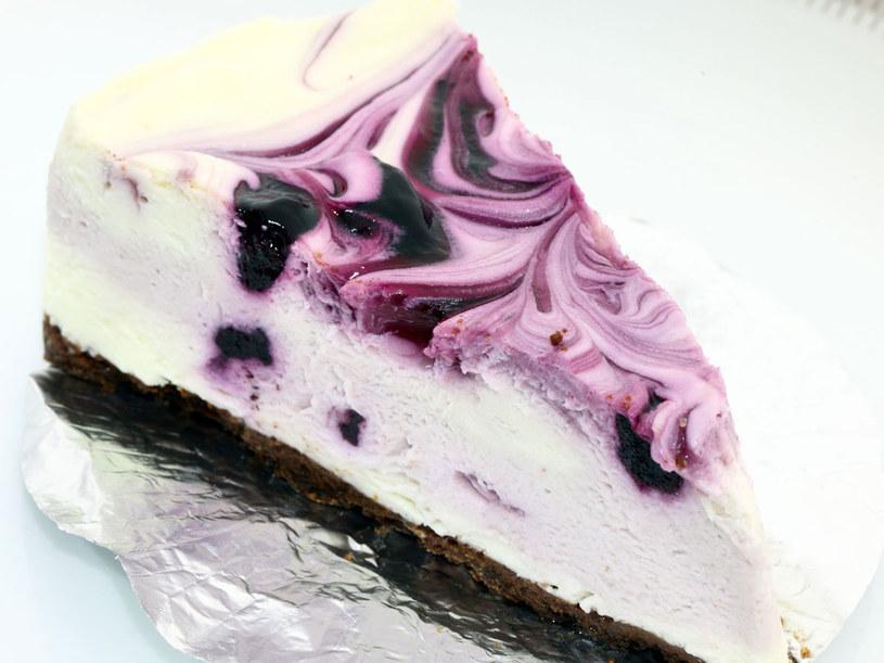 Dwukolorowe ciasto /123RF/PICSEL