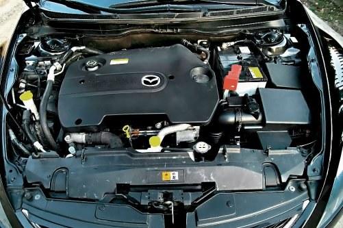 Dwulitrowy diesel płynnie rozwija moc, jednak wartości zużycia paliwa rozmijają się mocno z obietnicami Mazdy. /Motor