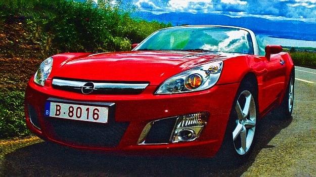 Dwuosobowy Opel naprawdę może się podobać, o ile lubi się tego typu samochody. Auto wyposażone jest w materiałowy, ręcznie składany dach z szybą. /Motor