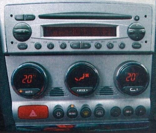 """Dwustrefowa klimatyzacja i niezłe radio z CD to standard w najdroższej ze """"zwykłych"""" 156. /Motor"""
