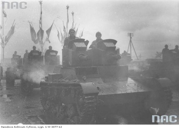 Dwuwieżowe czołgi Vickers Mark E typ A /Z archiwum Narodowego Archiwum Cyfrowego