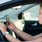 Dyktowanie SMS-ów podczas jazdy samochodem dozwolone