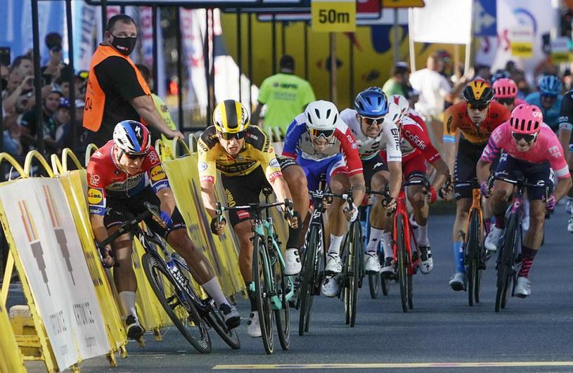 Dylan Groenewegen (w żółtej koszulce), z lewej Fabio Jakobsen /Tomasz Markowski /East News