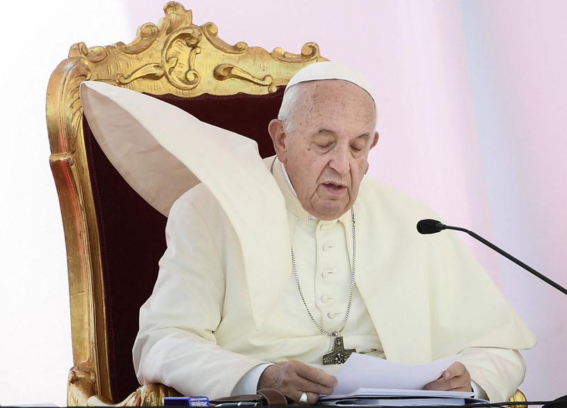 Dylemat krawców papieża: przypiąć pelerynkę rzepem czy szpilką? /FILIPPO MONTEFORTE /AFP
