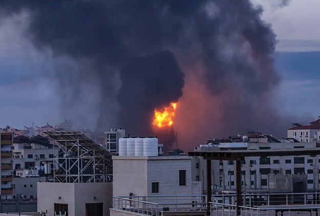 Dym i płomienie widoczne z daleka po izraelskim ataku na Strefę Gazy /HAITHAM IMAD /PAP/EPA